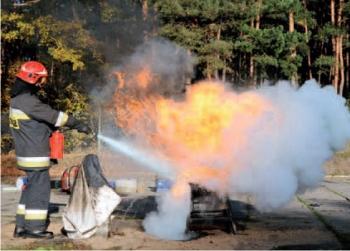 Gaśnica proszkowa – silny strumień proszku wyrzuca płonący olej poza tacę
