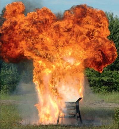 Efekt wlania niewielkiej ilości wody do płonącego oleju jadalnego